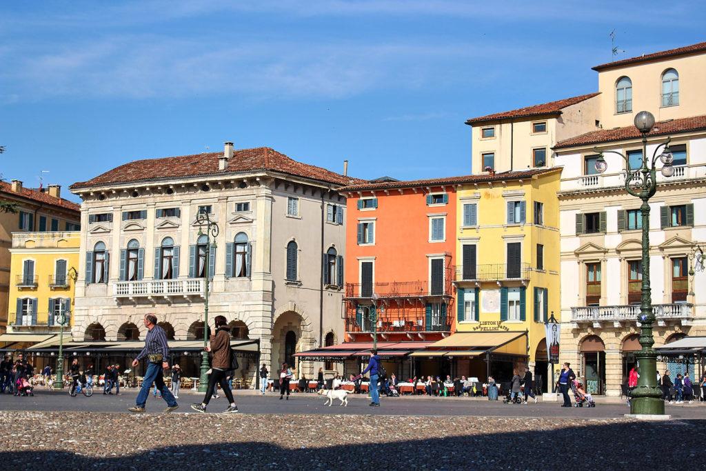 Blick auf die Piazza Brà in Verona